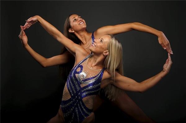 Bộ đôi VĐV Mariya Koroleva và Anita Alvarez gây ấn tượng với vóc dáng chuẩn cùng khả năng trình diễn bơi lội điêu luyện. (Ảnh: Internet)