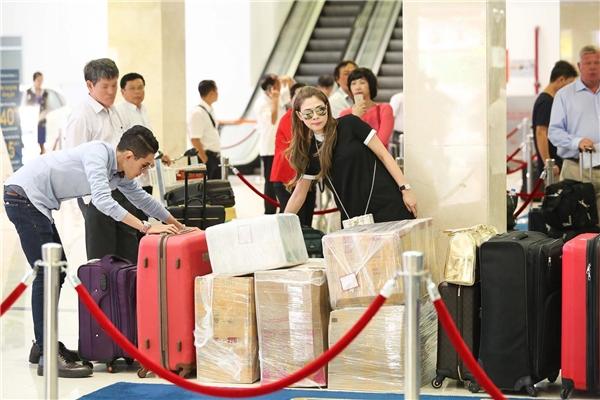 Minh Quân hỗ trợ chị gái vận chuyển hàng hóa vào kí gửi trước khi lên máy bay. - Tin sao Viet - Tin tuc sao Viet - Scandal sao Viet - Tin tuc cua Sao - Tin cua Sao