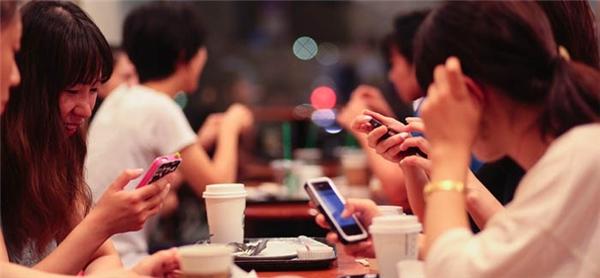 Chiếc smartphone đang dần làm mọi người xa cách nhau. (Ảnh Internet)