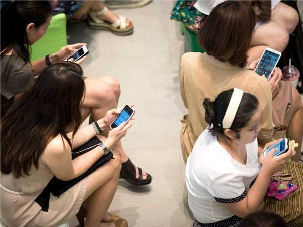 """Trẻ em Đông Nam Á ở độ tuổi từ 6-14 tuổi """"nghiện smartphone"""" nhiều hơn tại Mỹ tới 20%. (Ảnh Internet)"""