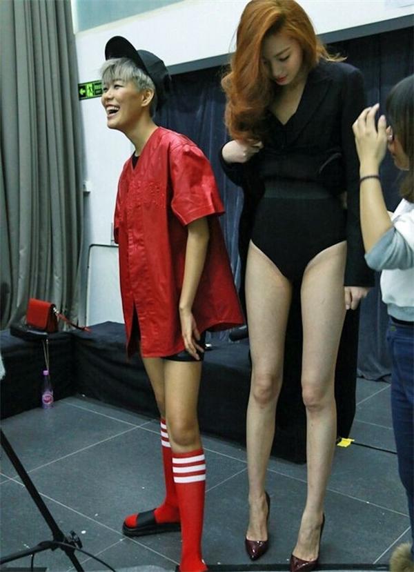 Đôi chân dài ấn tượng của người mẫu Dong Lei.(Ảnh: Internet)