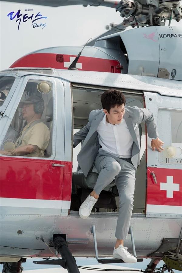 Soái ca trực thăng không chỉ có mỗi Song Joong Ki