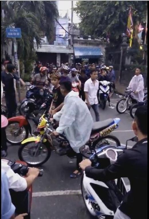 Bức xúc với dàn thanh niên làm náo loạn đám tang trên đường phố