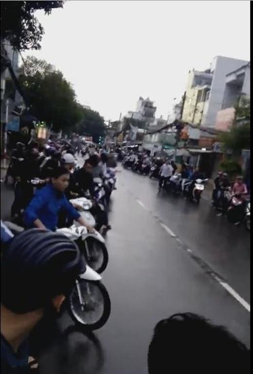 Mở đầu đoạn clip là hình ảnh hàng chục chiếc xe máy cùng các thanh niên không đội mũ bảo hiểm, nẹt pô xe ồn ào cả con đường. (Ảnh: Cắt clip)