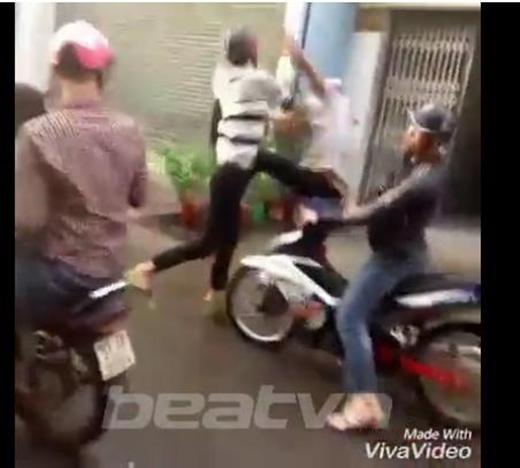 Hai thanh niên trong nhóm còn không rõ nguyên nhân lao vào đánh nhau khiến không khí càng thêm lộn xộn. (Ảnh: Cắt clip)