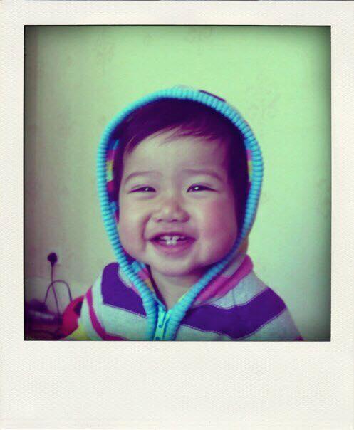 Cô bé có một cuộc sốnghạnh phúc cho đến khi bất hạnh đổ ập tớikhi em vừa tròn 4 tuổi.