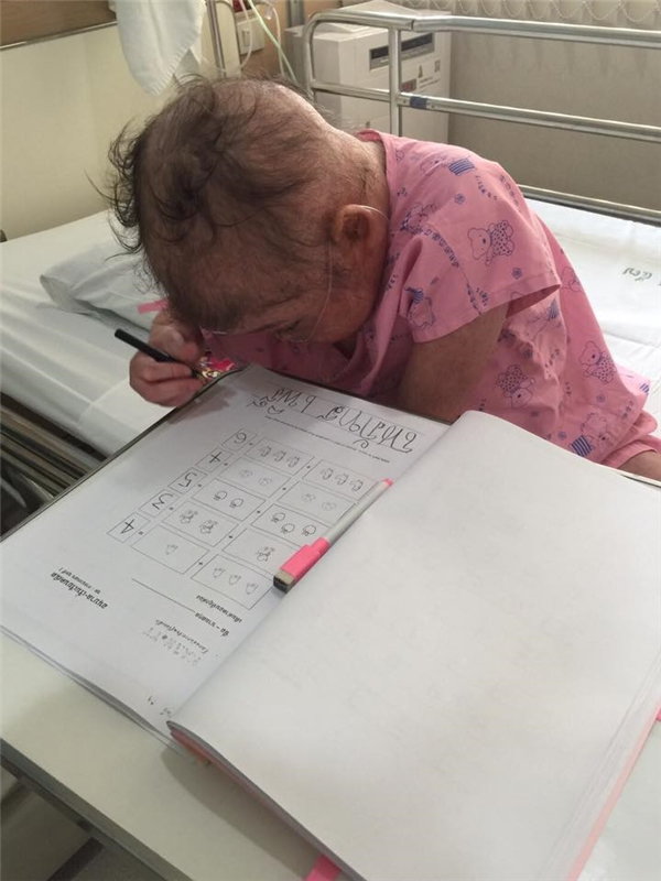 Rơi nước mắt trước tình cảnh đáng thương của cô bé ung thư bạch cầu