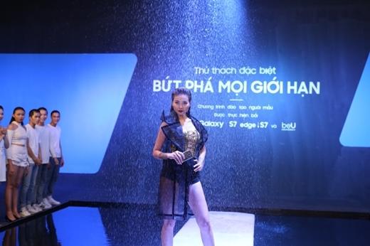 Sự xuất hiện bất ngờ của Thanh Hằng dưới làn nước đã khiến các người mẫu trẻ lập tức bị cuốn vào thử thách đặc biệt đến từ nữ CEO xinh đẹp.