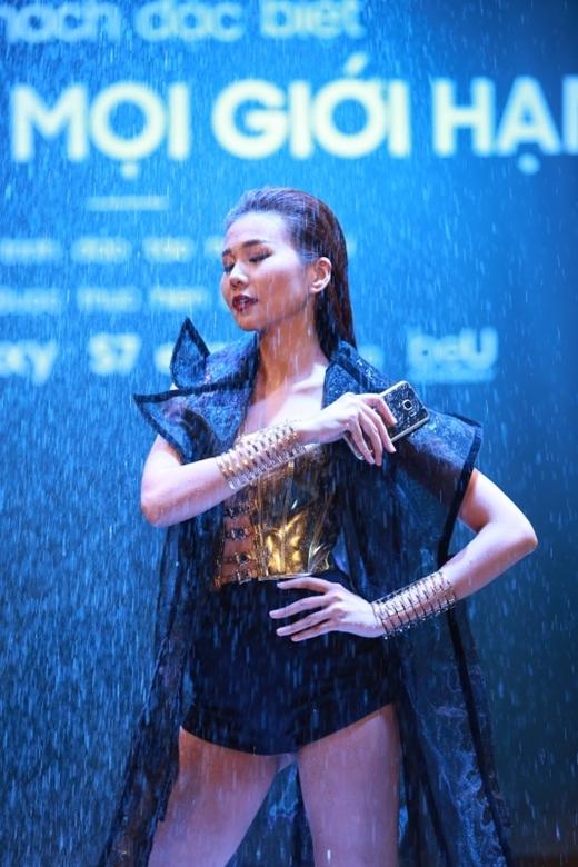 Siêu phẩm Samsung Galaxy S7 Edge khoe dáng dưới mưa