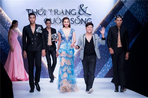 Thanh Hằng và nhà thiết kế chào kết màn cho show diễn tối qua.