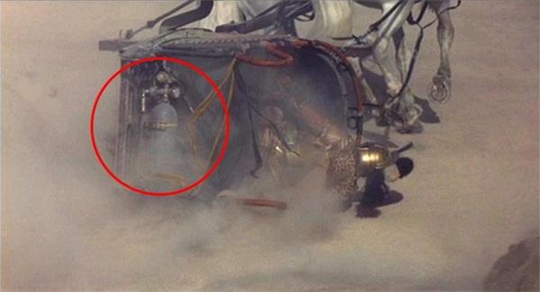 Trong bộ phim kinh điển Gladiator, một chiếc bình gas đã xuất hiện bên dưới một cỗ xe ngựa thời La Mã cổ đại.