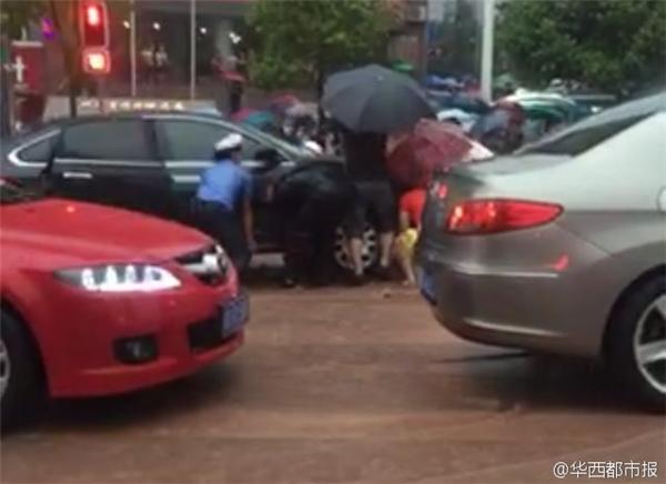 Trong quá trình băng qua đường, cô bé không may trượt chân và bị cuốn vào gầm ôtô.
