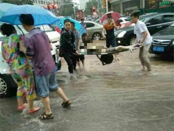 Những người đi đường gần đó đã vội vàng chạy tới cứu giúp, tuy nhiên cô béđã bị dòng nước cuốn đi và chết đuối.