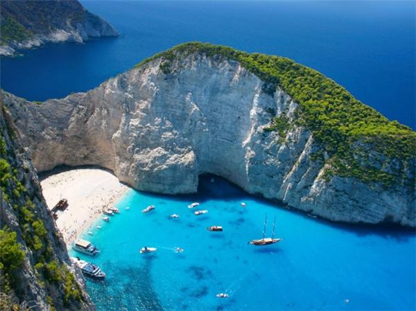 """Bãi Navagio hay còn gọi là """"bãi Tàu Đắm"""" nằm ở một vịnh hẹp trên đảo Zakynthos - Hi Lạp. Nơi đây nổi tiếng với bãi cát trắng và nước xanh biếc cùng xác một chiếc tàu chở hàng trôi dạt vào bờ từ những năm 1980. (Ảnh Internet)"""