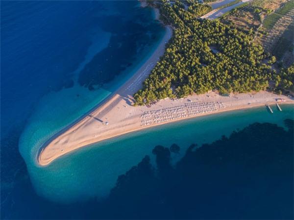 Nằm trên đảo Brac ở Croatia, dải Zlatni Rat vươn xa ra biển gần 500m. Bãi biển ở đây có cát trắng mịn được bao quanh bởi rừng thông Địa Trung Hải xanh mướt. Khu vực này có gió mạnh, phù hợp với những môn thể thao dướinước. (Ảnh Internet)