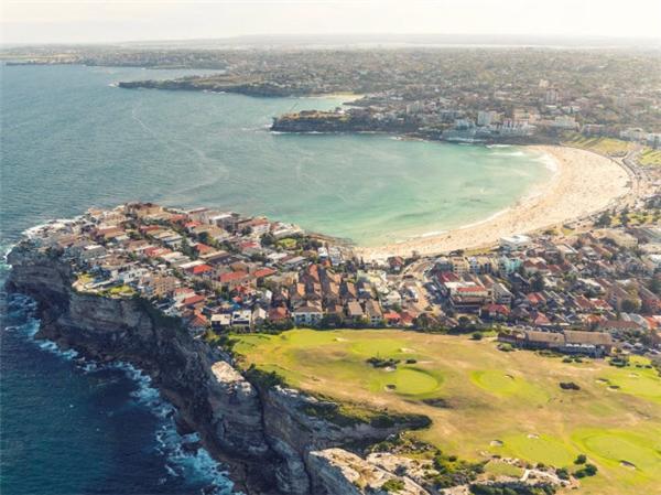 Bãi biển Bondi là một trong những địa điểm du lịch hấp dẫn nhất ở Sydney, Australia. Nơi đây hàng năm tổ chức rất nhiều sự kiện từ các cuộc thi lướt ván cho tới lễ hội pháo hoa mừng năm mới. Ngoài tắm biển, du khách có thể đi dạo, mua sắm, ăn tại các nhà hàng dọc phố ven biển. (Ảnh Internet)