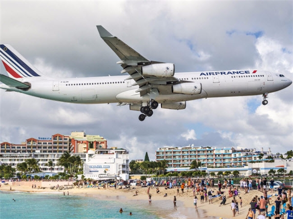 Bãi biển Maho nằm trên khu vực phía Hà Lan của đảo St. Martin, Caribbe. Tại đây, du khách còncó trải nghiệm rùng mình khi tận mắt thấymáy bay lướt qua đầu chỉ vài mét trước khihạ cánh xuốngsân bay quốc tế Princess Juliana. (Ảnh Internet)