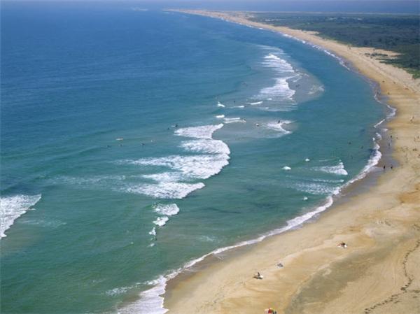 Bãi biển này gây ấn tượng bằng vẻ đẹp hoang sơ và chiều dài nhiều cây số dọc bờ biển Outer Banks ở bang North Carolina, Mỹ. Với nhiều ngôi làng thanh bình và bãi biển trải dài, nơi đây là địa điểm ưa thích của những người mê lướt ván, ngắm chim chóc hay cảnh biển. (Ảnh Internet)