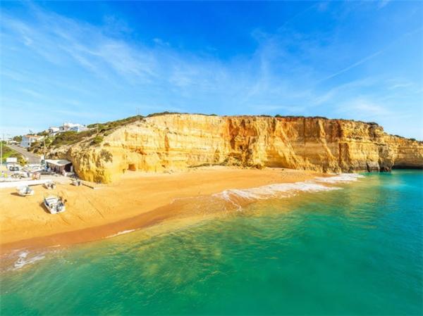 Praia de Benagil là một bãi biển nhỏ nằm giữa các vách đá ở đáy thung lũng tại Algarve, Bồ Đào Nha. Du khách có thể mua cá tươi của ngư dân ngay trên bãi biển cũng như khám phá các hang biển và vách đá xung quanh. (Ảnh Internet)
