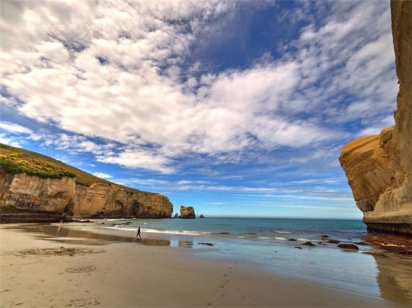 Bãi biển này nổi tiếng với một đường hầm dẫn du khách tới bãi tắm thiên đường, xung quanh là vách đá sa thạch, các cổng vòm đá và hang động tuyệt đẹp. Đường hầm dẫn tới bãi biển được xây dựng vào những năm 1970. (Ảnh Internet)