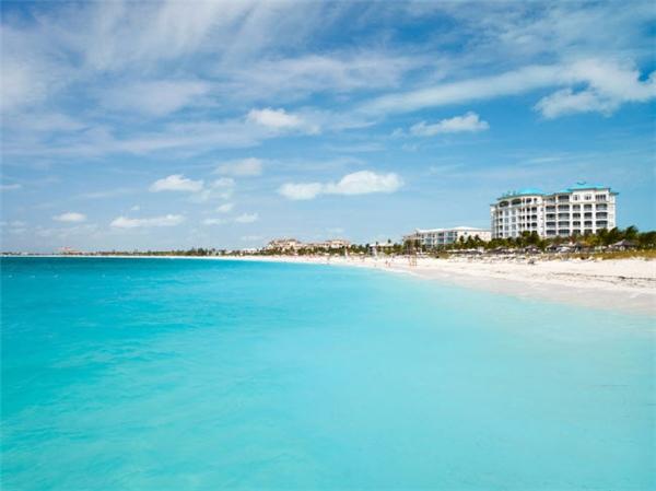 Được tạp chí du lịch TripAdvisor bình chọn là một trong số những bãi biển đẹp nhất thế giới, vịnh Grace ở Providenciales trên đảo Turks & Caicos có nước trong xanh đẹp mê hồn. Du khách có thể tham gia các hoạt động thú vị như bơi thuyền buồm hay lặn ống thở tại đây. (Ảnh Internet)