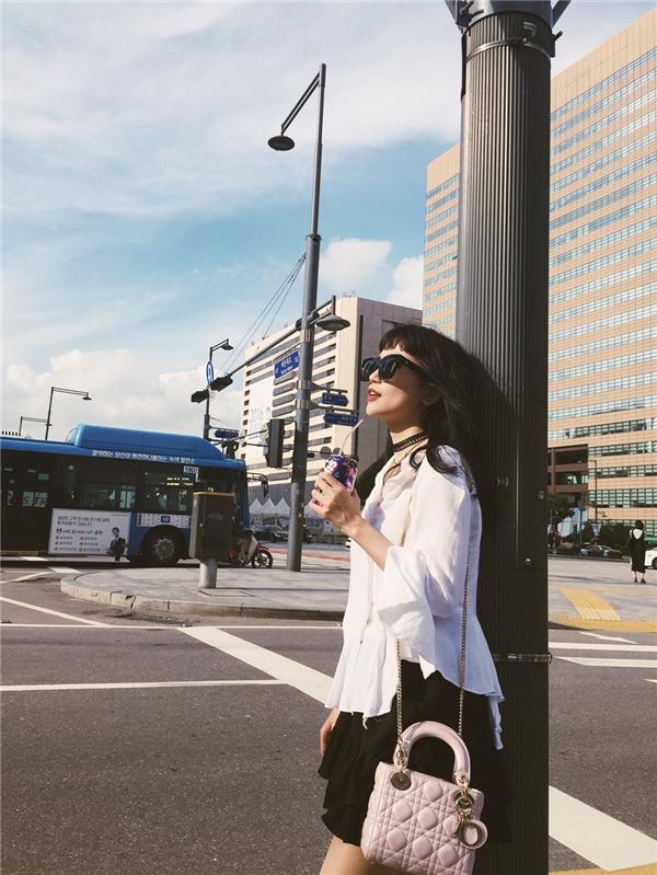Vốn là tín đồ thời trang nên Sĩ Thanh không thể bỏ qua trung tâm mua sắm Myeongdong - khu tổ hợp vừa là chợ thời trang, vừa tụ hội nhiều phố hàng hiệu nổi tiếng bậc nhất thủ đô Seoul (Hàn Quốc).