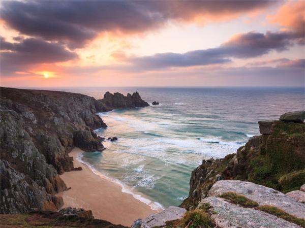 Nằm dọc bờ Cornwall của nước Anh, Pedn Vounder là vịnh cát tĩnh lặng. Du khách có thể tới đó bằng thuyền hoặc đi bộ. Bãi biển ở đây rất yên tĩnh với những vách đá hùng vĩ xungquanh. (Ảnh Internet)