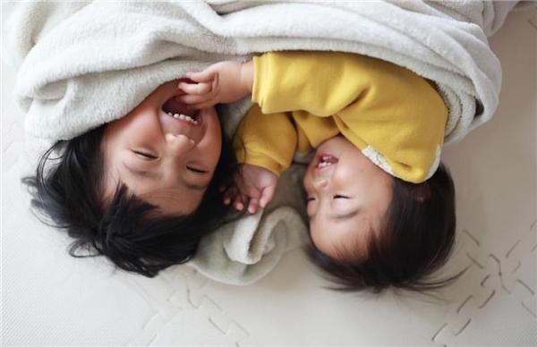 Cô bé còn có một người em gái nhỏ rấtđáng yêu.