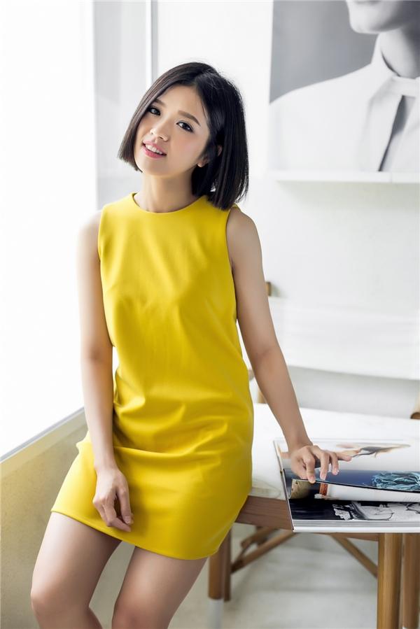 Váy suông phom rộng luôn là bí quyết che đi mọi khuyết điểm về hình thể tốt nhất. Sắc vàng ngọt ngào mang lại vẻ ngoài trẻ trung cho các cô gái. Với những ai có chiều cao khiêm tốn, nên chọn kiểu váy có chiều dài trên gối để trông thanh thoát, cao ráo hơn thực tế.