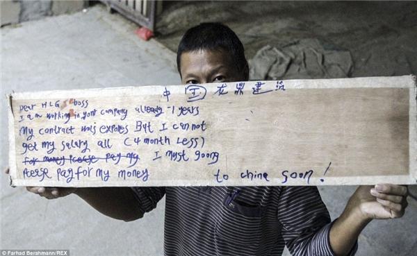 Mảnh gỗ và những dòng chữ đầy khắc khoải, xin ông chủ trả lương của một người lao động Trung Quốc.(Ảnh:Farhad Berahman)
