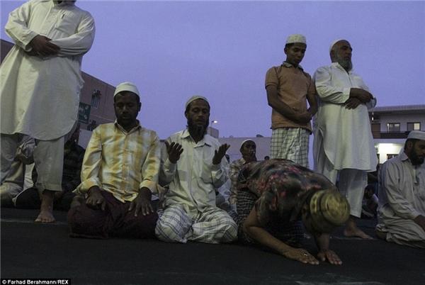 Những người công nhân Hồi giáo cầu nguyện vào ban đêm.(Ảnh:Farhad Berahman)