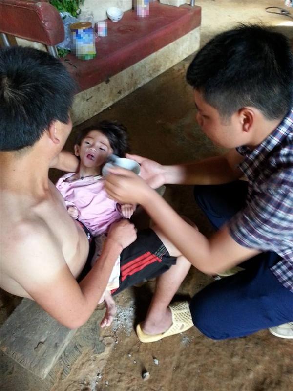 Rất đau lòng trước tình trạng sức khỏe nguy kịch của con nhưng bố cháu Nhi không biết làm gì hơn.