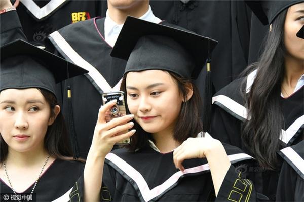 Trai đẹp gái xinh tề tựu trong lễ tốt nghiệp ở ngôi trường sản sinh ra các thần tiên tỉ tỉ