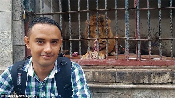 Bassam Al-Hakimi, sinh viên kỹ sư công nghiệp trước chiến tranh, là người đang mạo hiểm tính mạng mỗi ngày để đến chăm sóc cho những con thú tội nghiệp. (Ảnh: Internet)