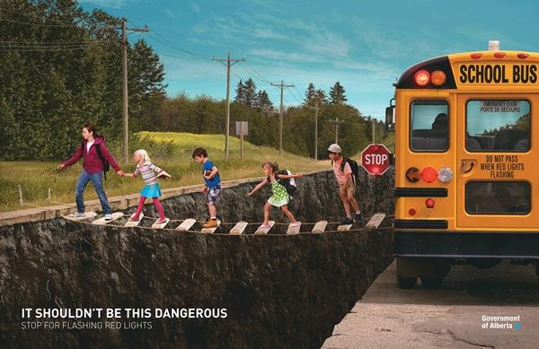 Tính mạng của những hành khách trên những chuyến xe hay vượt đèn đỏ luôn bị đặt vào vòng nguy hiểm. Hãy dừng lại khi thấy đèn đỏ.