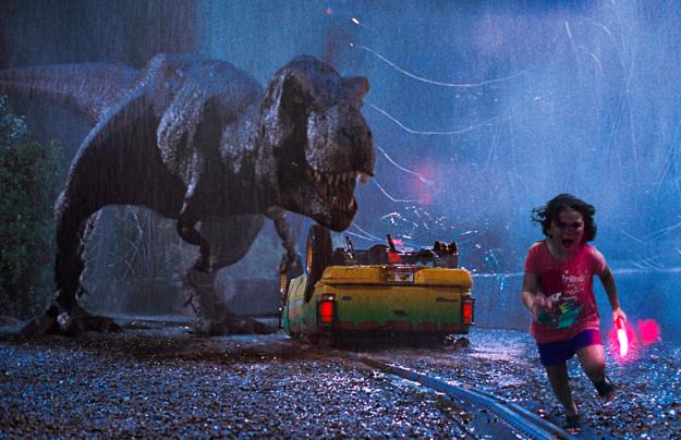 Khoảnh khắc bị con công đẹp đẽ đuổi theo chắc cũng giống với cảm giác bị khủng long rượt nhỉ?