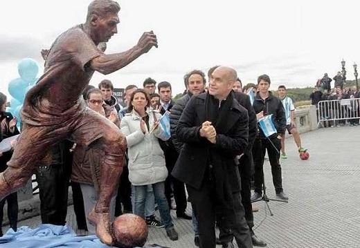 Bức tượng của Messi được đặtbờ sông Rio de la Plata.