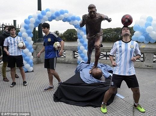 Người Argentina đang làm mọi cách để Messi từ bỏ ý định giã từ đội tuyển.