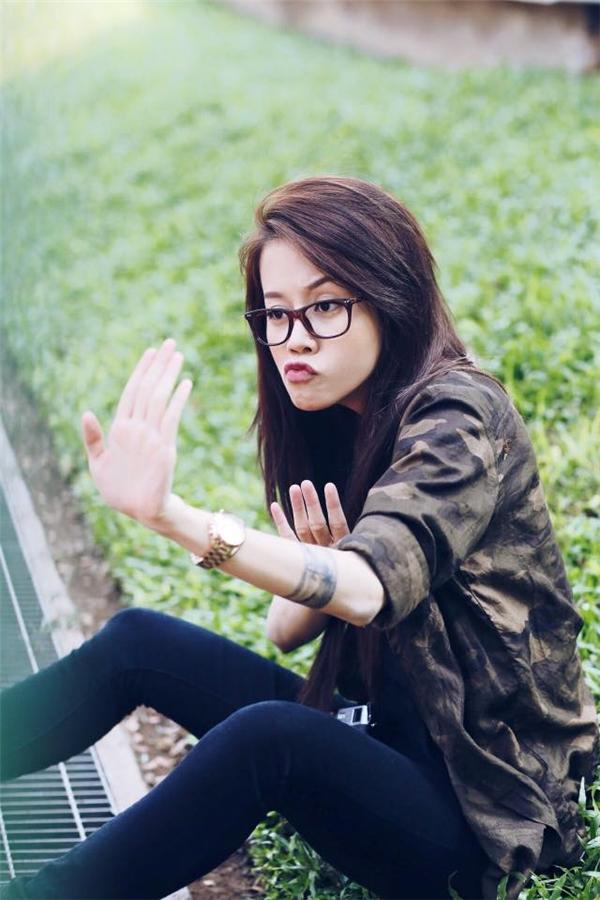 """Hình ảnh này gần như khác biệt hoàn toàn so với An Nguy mà cộng đồng mạng quen mặt trước đây. Có thể nói, từ khi tham gia The Face Vietnam, cô gái này đã """"uốn mình"""" hết mức có thể để hòa hợp với bạn đồng hành cũng như các thử thách mà chương trình đưa ra."""