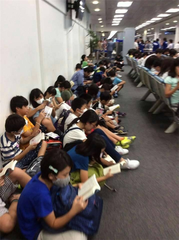 Các emhọc sinh Nhật đã cùng nhau lấy sách ra đọc. (Ảnh Internet)
