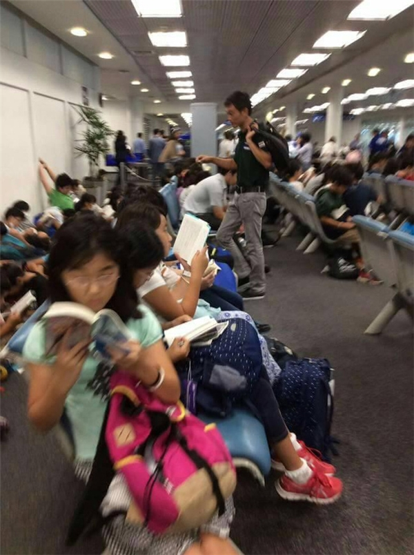 Đây là những hình ảnh thật sự hiếm thấy khi văn hóa đọc sáchngày bị mai một. (Ảnh Internet)