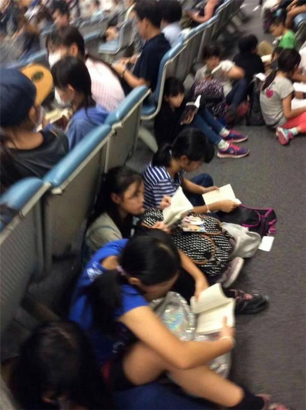 Những em nào không có ghế thì ngồi ngay ngắn dưới đất mà chăm chú đọc. (Ảnh Internet)