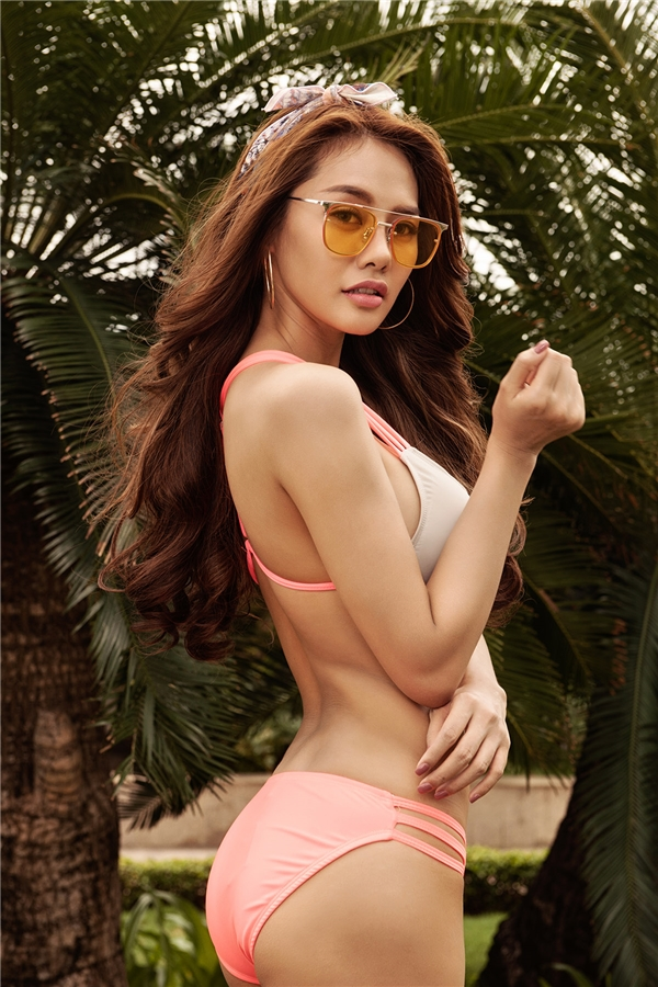 Đi kèm những thiết kế bikini bắt mắt của Linh Chi chính là các mẫu mắt kính Gentle Monster đang tạo nên cơn sốt trong lòng giới mộ điệu thời trang. Dù xuất hiện trong đời thường hay được mang lên thảm đỏ, món phụ kiện này vẫn có sức hút khó thể chối từ.