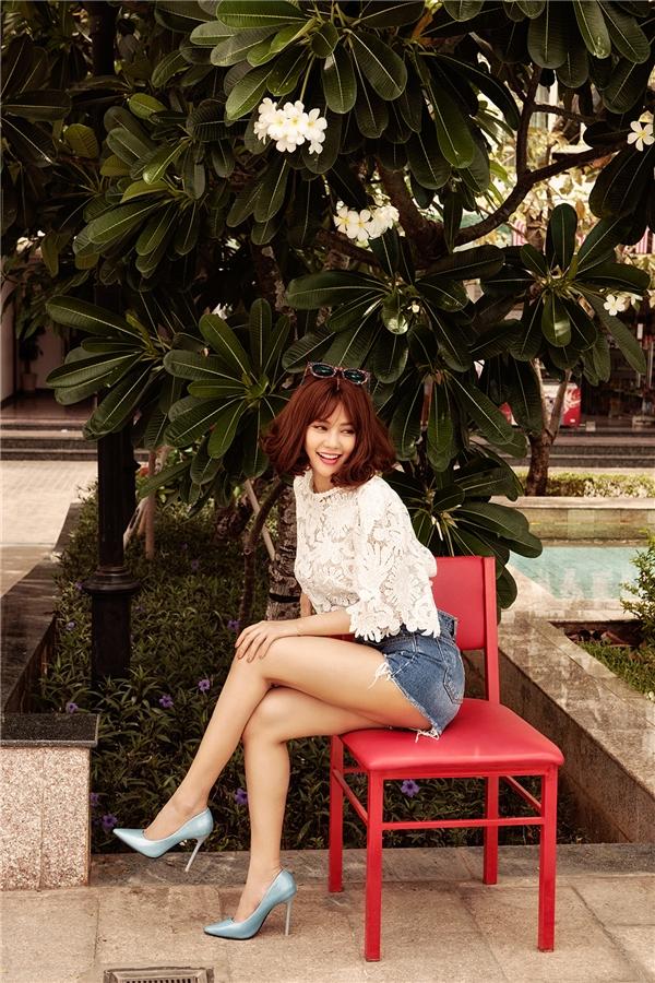 Áo ren xuyên thấu phối quần short trẻ trung, cá tính cũng là một lựa chọn tuyệt vời mà Linh Chi dành tặng phái đẹp trong những kì nghỉ cận kề.