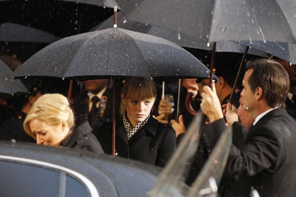 Hễtrời đổ mưa khi đến dự một buổi tang lễ thì như không hẹn mà gặp, các nhân vật đều cùng dùng loại ô màu đen có kiểu dáng giống nhau đến lạ, cứ như dấu hiệu một tổ chức bí ẩn nào đó. (Ảnh Internet)