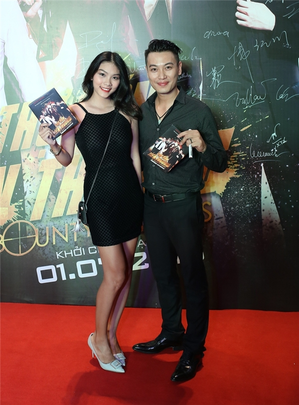 Con gái Kiều Trinh - diễn viên trẻ Thanh Tú không đi cùng mẹ như mọi khi mà sánh đôi cùng ca sĩ, diễn viên Phúc Lâm. Cả hai tỏ ra khá thân thiết nhưngkhông muốn chia sẻ nhiều về quan hệ hiện tại.