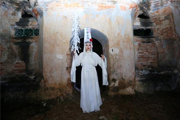 Xuất hiện trong trang phục trắng toát và trang điểm ghê rợn, Việt Hương khiến khán giả hết hồn với hình ảnh ma quỷ đầy ám ảnh.