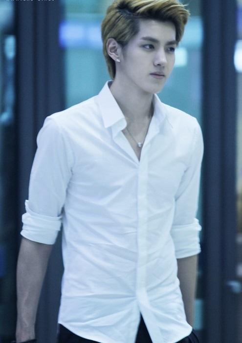 Nhờ những lần mặc sơ mi trắng ở sân bay mà Kris (Wu Yi Fan) luôn lọt top ứng cử viên cho các vai nam chính ngôn tình. (Ảnh: Internet)