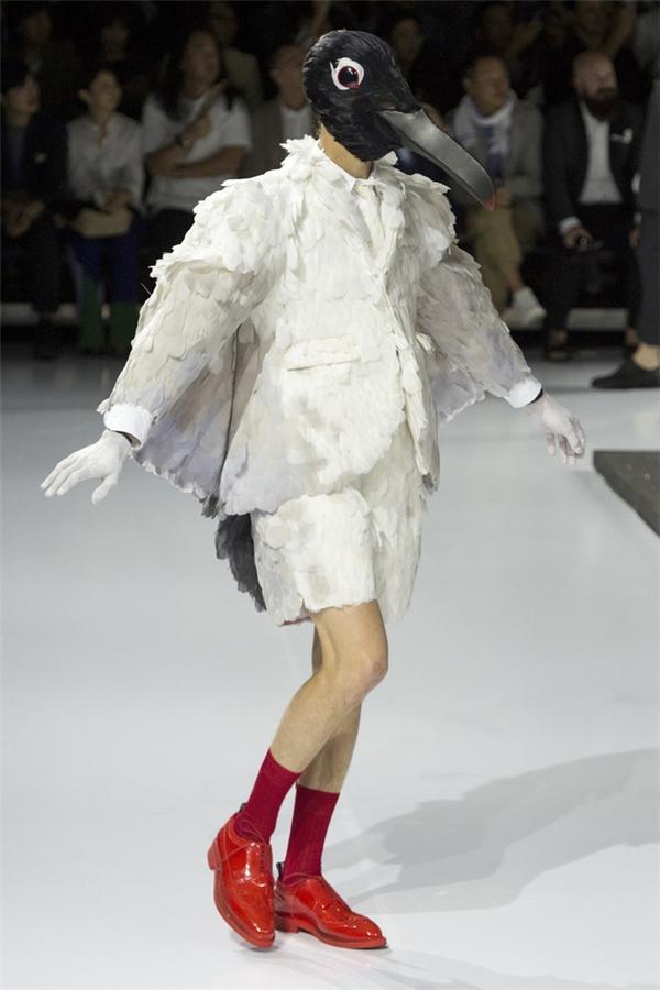 """Áo in hình """"của quý"""" khiến giới mộ điệu thời trang choáng váng"""