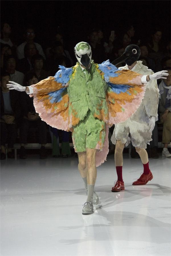 Show diễn của Thom Browne cũng không hề kém cạnh với các thiết kế lấy ý tưởng từ những loài chim. Trên nền những dáng suit, texudo cổ điển, nhà mốt trứ danh tạo nên những lớp vỏ cầu kì, đầy màu sắc mê hoặc lòng người. Kết hợp cùng trang phục là những phụ kiện độc đáo, không đụng hàng.